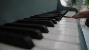 Un homme tient un doigt sur les clés du piano Mains du musicien masculin jouant au piano Fermez-vous vers le haut des doigts de p clips vidéos