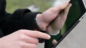 Un homme tient un comprimé vide banque de vidéos