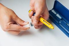 Un homme tient une seringue pour l'injection sous-cutanée des drogues hormonales dans la fécondation in vitro de protocole d'IVF Photographie stock