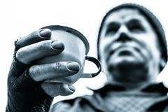 Un homme tient une tasse dans une main tendue Photos libres de droits