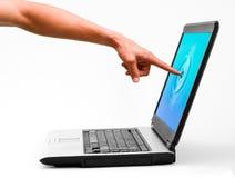 Un homme touchant un écran d'ordinateur portable Photos libres de droits
