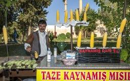 Un homme travaillant à sa stalle d'épi de maïs chez Urfa (Sanliurfa) en Turquie orientale image libre de droits