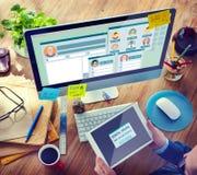 Un homme travaillant dans le bureau avec l'ordinateur Photographie stock