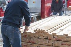 Un homme travaille à une scierie Conseils se pliants d'homme images libres de droits