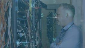 Un homme travaille dans une salle de serveurs pendant que les messages de danger se déplacent au premier plan illustration libre de droits
