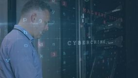 Un homme travaille dans une salle de serveurs pendant que les messages de danger se déplacent et clignotent au premier plan illustration libre de droits