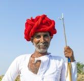 Un homme tribal de Rajasthani utilisant le turban coloré traditionnel Photos stock