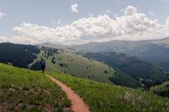Un homme trimardant sur un chemin sur la montagne de Vail dans le Colorado images libres de droits