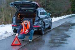 Un homme a une panne de voiture sur une route de campagne photos libres de droits