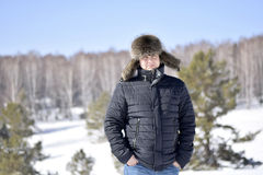 Un homme utilisant un chapeau de fourrure pendant l'hiver Photos libres de droits