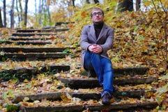Un homme utilisant une veste avec des verres en automne Images stock