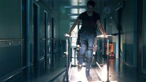 Un homme utilise une prothèse en métal pour marcher pendant une réadaptation 4K