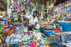 Un homme vendant tout en plastique sur le marché de Jaffa dans Sri Lanka Photos libres de droits