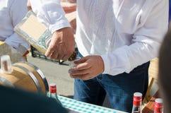 Un homme verse une boisson alcoolisée dans un verre photo libre de droits