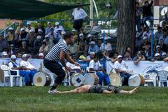 Un homme vient à la délivrance d'un lutteur blessé au festival de lutte d'huile turque de Kemer en Turquie Images libres de droits