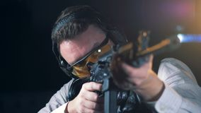Un homme vise avec un fusil, fin  banque de vidéos