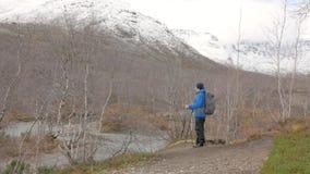 Un homme voyage dans une hausse de montagne Arrêté et admirant les montagnes Soulève ses mains, célèbre son s'élever banque de vidéos