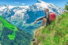 Un homme voyage par les environs montagneux suisses, l'en Photographie stock