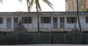 Un hotel abandonado en la playa almacen de video