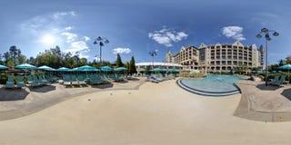 un hotel e una piscina da 360 gradi Fotografia Stock Libera da Diritti