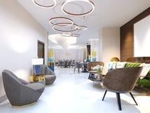 Un hotel moderno con un'area reception e un salotto con le grandi sedie ricoperte del progettista e un grande candeliere degli an illustrazione di stock