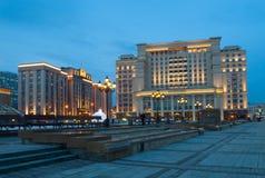 Un hotel Mosca di quattro stagioni e costruzione di duma di stato alla notte Fotografie Stock Libere da Diritti