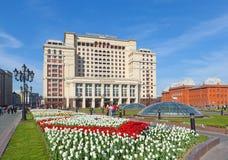 Un hotel Mosca di quattro stagioni e prato inglese dei tulipani Immagine Stock