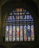 Un hublot de cathédrale en verre souillé affichant des saints Photos stock