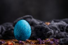 Un huevo, azul originalmente pintado Aún-vida en un fondo de madera Fotografía de archivo libre de regalías