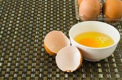 Un huevo de la rotura Fotos de archivo