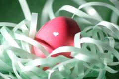 Un huevo de Pascua enfocado cariñosamente adornado fotos de archivo