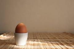 Un huevo hervido en una huevera imágenes de archivo libres de regalías