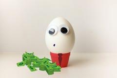 Un huevo para mostrar la lengua Huevo con Fotografía de archivo libre de regalías