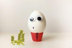 Un huevo para mostrar la lengua Huevo con Fotografía de archivo