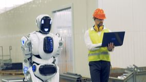 Un humain et un robot marchent ensemble à un entrepôt, se ferment