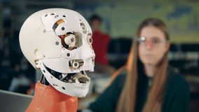 Un humanoid se levanta la lengua, cierre Humanoid e ingeniero futuristas metrajes