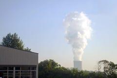 Un humo grande y vertical de la chimenea de una fábrica Imagenes de archivo
