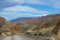 Un ianda de route a neigé montagne Images libres de droits