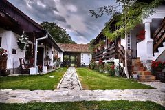Un'iarda rumena su un museo tradizionale e spettacolare dell'hotel nella città Romania di Horezu Fotografia Stock Libera da Diritti