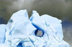 Un iceberg lumineux avec un trou à l'intérieur Photo libre de droits