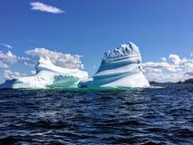 Un iceberg massiccio che galleggia fuori dalla costa di Twilingate, di Terranova e di Labrador, Canada immagini stock libere da diritti