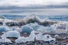 Un iceberg que es roto por las ondas en Jokulsarlon - Islandia Fotografía de archivo libre de regalías