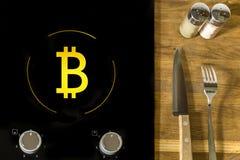 Un'icona del bitcoin elettronico virtuale dei soldi dell'oro sulla fresa elettrica del piatto Il concetto di finanza e di aliment Immagini Stock