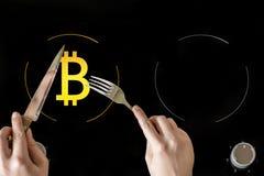 Un'icona del bitcoin elettronico virtuale dei soldi dell'oro sulla fresa elettrica del piatto Il concetto di finanza e di aliment Fotografie Stock