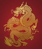 Oro cinese arrotolato del drago su rosso Fotografia Stock
