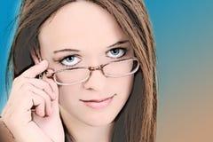 Un'illustrazione di quattordici anni in occhiali della ragazza Immagine Stock