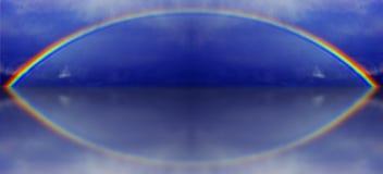 Un'illustrazione grafica di un arcobaleno con la riflessione dell'acqua immagine stock