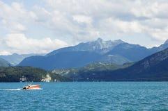 Un'imbarcazione a motore attraversa il lago Annecy Fotografia Stock Libera da Diritti