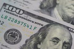 Un'immagine chiusa-su di 100 banconote del dollaro Techniq del fuoco selettivo Fotografie Stock