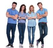 Un'immagine completa del corpo di quattro giovani sorridenti casuali Immagine Stock